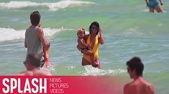 Pośladki Kourtney w żółtym kostiumie na plaży