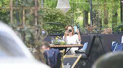 Anna Dereszowska pudruje nosek przed kawiarnią