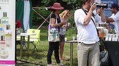59-letnia Małgorzata Pieczyńska wygina się podczas pikniku z jogą