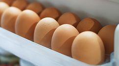 Nie przechowuj jajek na drzwiach lodówki. dlaczego?