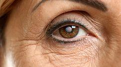 Kobieta nosiła soczewki pod prysznicem, teraz jest ślepa na jedno oko