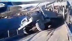 Drewniany most legł w gruzach