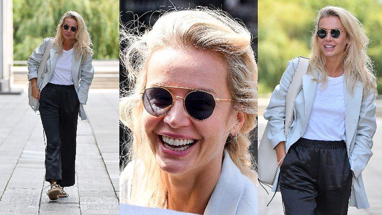 Radosna Agnieszka Woźniak-Starak w eleganckiej stylizacji rozsyła uśmiechy fotografom przed studiem radiowym (ZDJĘCIA)