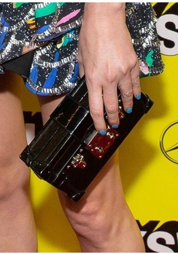 Dojrzała Charlize Theron w dyskusyjnej sukience Louis