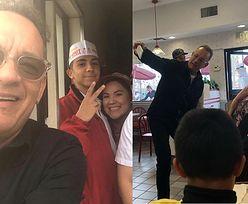 """Tom Hanks postawił fanom lunch w barze z fast foodem. """"Kupił obiad dla wszystkich!"""""""
