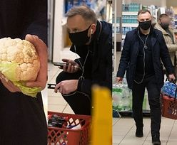 Andrzej Duda ze słuchawkami w uszach robi zakupy w supermarkecie, dźwigając zgrzewki z napojami (ZDJĘCIA)