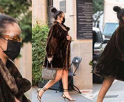 Zamaskowana Rihanna przechadza się po Los Angeles w futrze i sandałkach (ZDJĘCIA)