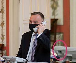 Andrzej Duda rozmawia z królem Jordanii przez telefon, a internauci SZUKAJĄ KABLA przy aparacie (FOTO)