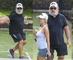 56-letni Russell Crowe wylewa siódme poty na korcie z o połowę młodszą ukochaną (ZDJĘCIA)