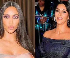 """""""Skromna"""" Kim Kardashian promuje urodzinową kolekcję kosmetyków w sukience z WŁASNĄ PODOBIZNĄ (FOTO)"""