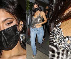 Kylie Jenner ODSŁANIA ROZSTĘPY na biuście w mocno wyciętej bluzce (ZDJĘCIA)
