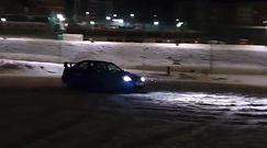 Sportowy samochód na śniegu. Niebezpieczny finał ekstremalnej jazdy