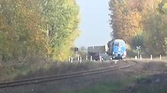 Kierowca kombi jechał wprost pod pociąg. Nagranie z przejazdu kolejowego