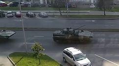 Kolumna czołgów jedzie w kierunku centrum Mińska. Protesty w stolicy Białorusi w dniu urodzin Łukaszenki