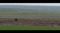 Lubelskie. Rolnik goni traktor
