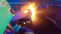 Ożarów Mazowiecki. Pożar auta na węźle autostrady. W internecie pojawiło się nagranie strażaków z akcji