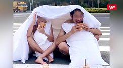 Sesja ślubna na środku drogi. Postanowili położyć się na środku skrzyżowania