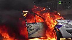 Demonstranci podpalili samochód policji w Paryżu