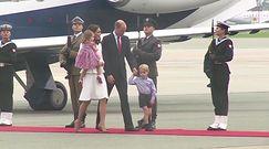 Kate i William z dziećmi wychodzą z samolotu w Warszawie