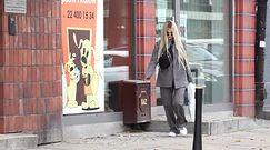 Odstawiona w szary garnitur Margaret idzie na obiad do baru mlecznego