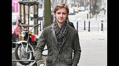 Elegancki Maciej Musiał pozuje z fanami i rozdaje autografy