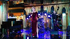 Wczuta Bohosiewicz z nagą łydką śpiewa na otwarciu kina