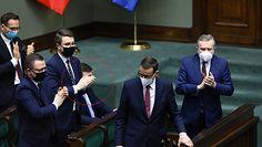 Fundusz Odbudowy w Sejmie. Wszyscy wstają, Zbigniew Ziobro siedzi. Radosław Fogiel reaguje na nagranie