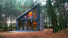 Kabina czy dom? Chatka pełna książek w lesie pod Warszawą
