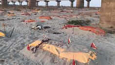 Koronawirus w Indiach. Przerażający widok setek grobów na plaży
