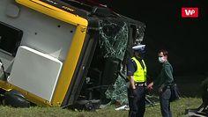Wypadek autobusu w Warszawie. Przecięto i podniesiono pojazd
