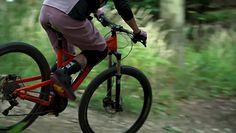 Downhill podbija polskie góry. Czym jest i jak uprawiać go bezpiecznie?