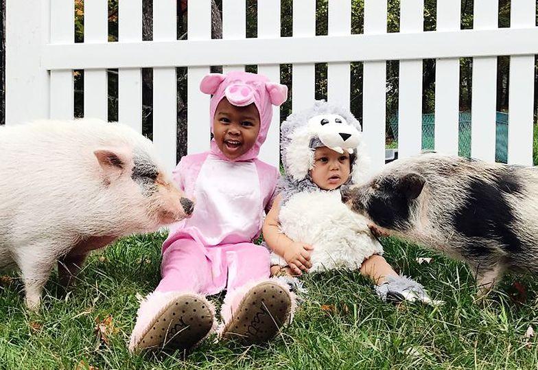 Dzieci i zwierzęta w takich samych kostiumach