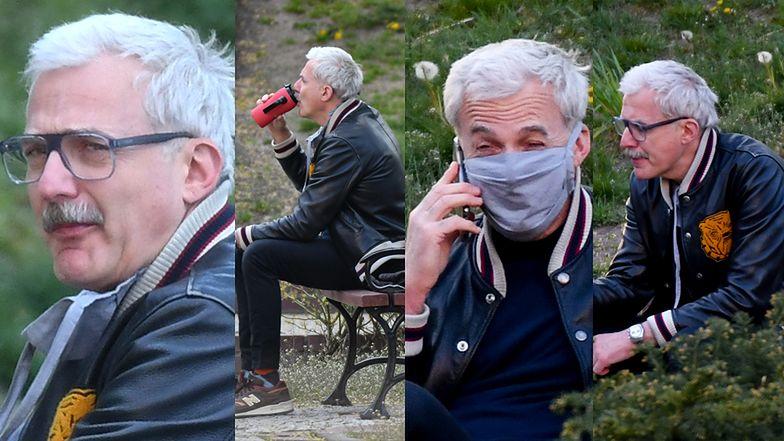 Wąsaty Hubert Urbański kontempluje przyrodę na ławce w parku