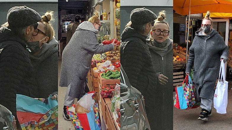 """""""Zwyczajna"""" Katarzyna Nosowska obdarowuje buziakiem męża, po czym drałuje na bazarek objuczona torbami (ZDJĘCIA)"""