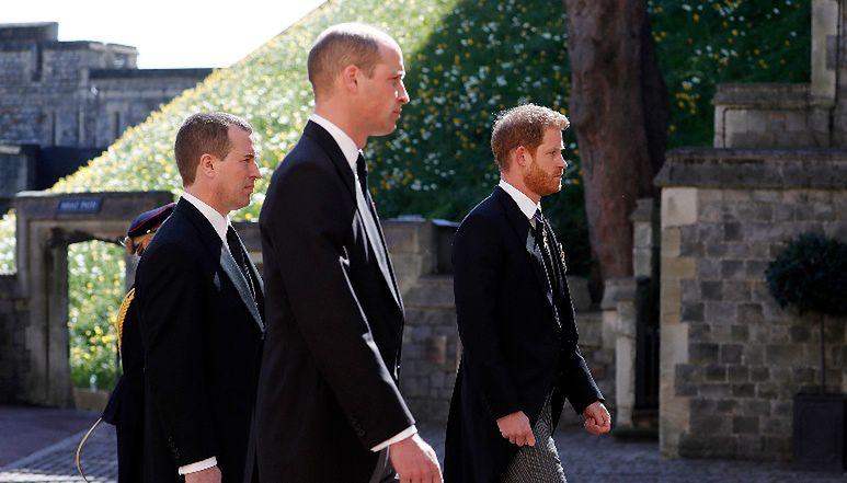 Książę William i Harry widziani razem pierwszy raz od PONAD ROKU na pogrzebie księcia Filipa (FOTO)