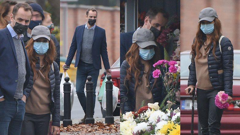 Anna Mucha i Jakub Wons kupują kwiaty pod cmentarzem (ZDJĘCIA)