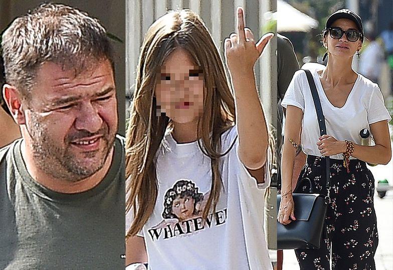 Córka Karolaka pokazuje środkowy palec