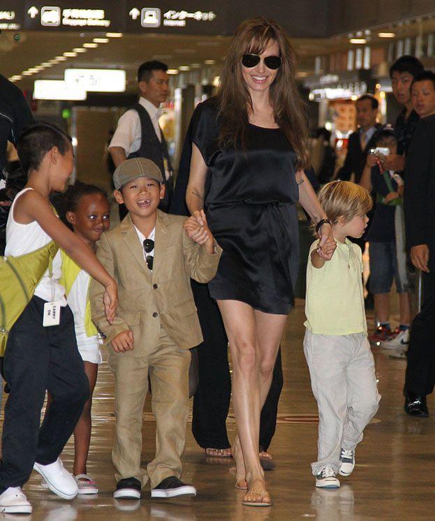 Angelina z dziećmi na lotnisku (FOTO)