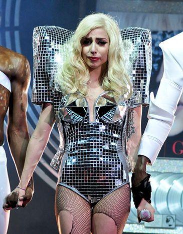 Lady GaGa PŁACZE na scenie!