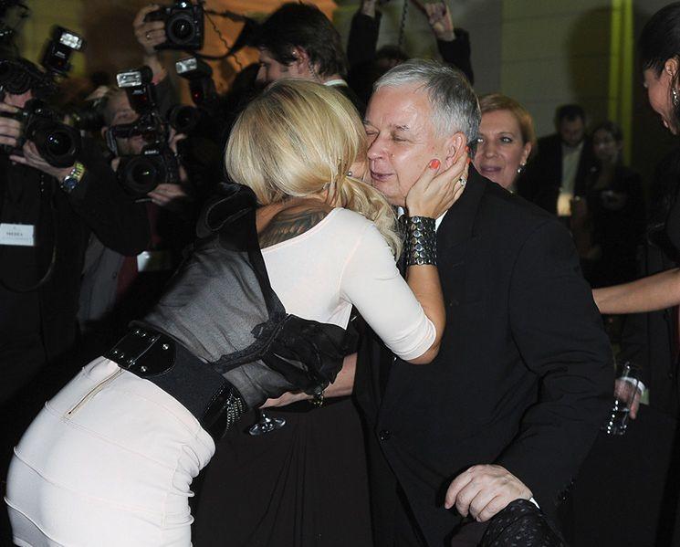 Doda całuje... Kaczyńskiego!!! (ZDJĘCIA)
