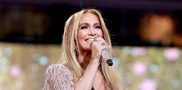 """Jennifer Lopez promuje kosmetyki na zdjęciach z córką i 75-letnią mamą: """"Trzy pokolenia"""" (ZDJĘCIA)"""