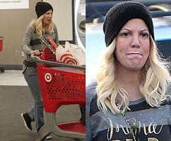 Wyluzowana Tori Spelling pcha wózek z zakupami na Wigilię