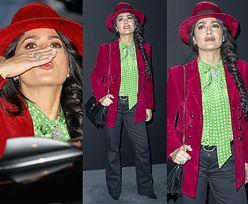 Wystrojona Salma Hayek pozdrawia fotografów na paryskim pokazie