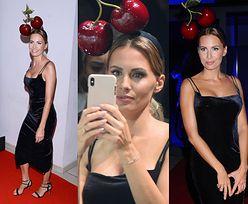 Agnieszka Hyży i owocowy zawrót głowy. Na pokazie mody dziennikarka zaprezentowała się jako... WISIENKA NA TORCIE! (FOTO)