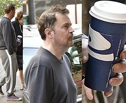 Rozczochrany Matthew Perry z BRUDNYMI PALCAMI pije kawę z sieciówki (FOTO)