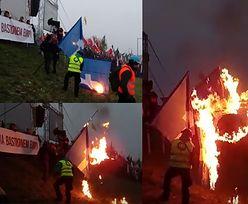 Na Marszu Niepodległości narodowcy spalili flagę... Facebooka