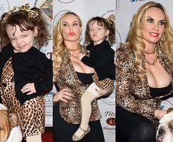 Ogromne piersi Coco Austin lansują trzyletnią córkę na imprezie charytatywnej