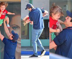 Troskliwy Ashton Kutcher podrzuca rocznego synka w powietrze (FOTO)