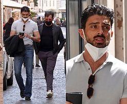 Michele Morrone z maseczką na brodzie paraduje ulicami Rzymu z mamą i przyjacielem (ZDJĘCIA)