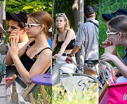 Zrelaksowani Iga Lis i Taco Hemingway korzystają ze słonecznej pogody, przemierzając stolicę na rowerach i sącząc rozmaite trunki (ZDJĘCIA)